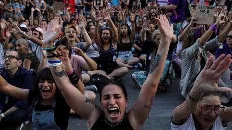 Protesta frente al Congreso por la puesta en libertad bajo fianza de los acusados de violar a una joven en los Sanfermines, Madrid, España, 22 de junio de 2019.