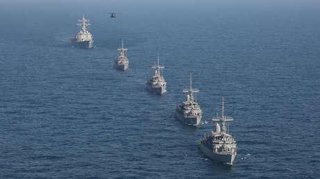 Un helicóptero, un destructor y varios buques cazadores de minas de EE.UU. en el mar Arábigo, el 6 de julio de 2019.