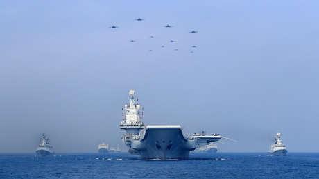 Buques y aviones chinos participan en un desfile en el mar de la China Meridional, el 12 de abril del 2018.