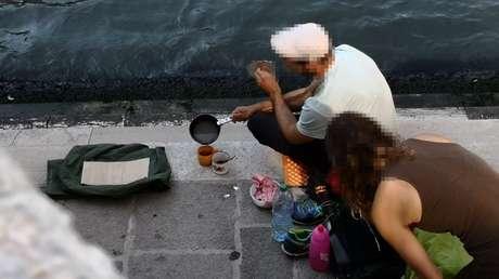 Turistas alemanes preparándose un café en el puente de Rialto, Venecia, Italia, el 19 de julio de 2019.