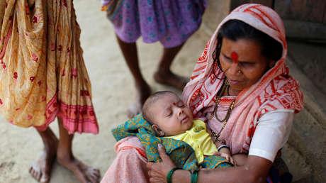 Una mujer con un bebé en brazos en el pueblo de Fangane, India, el 15 de febrero de 2017.