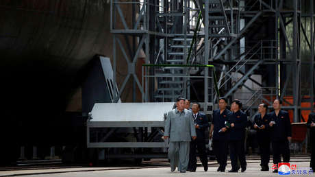 Kim Jong-un visita una fábrica de submarinos en un lugar no especificado de Corea del Norte, el 23 de julio de 2019.