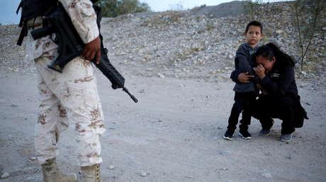 Migrante guatemalteca ruega a un agente que les permita cruzar a EE.UU., Ciudad Juárez (México). 22 de julio de 2019.