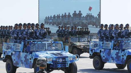 Formación de vehículos de marines del Ejército Popular de Liberación durante un desfile militar en Zhurihe, China, 2017.
