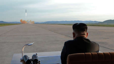El líder norcoreano Kim Jong-un observa el lanzamiento del misil Hwasong-12. Imagen difundida el 16 de septiembre de 2017.