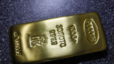 Un lingote de oro puro en una planta de metales en Krasnoyarsk, Rusia.