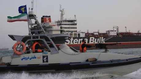 Una lancha rápida iraní frente al petrolero británico Stena Impero.