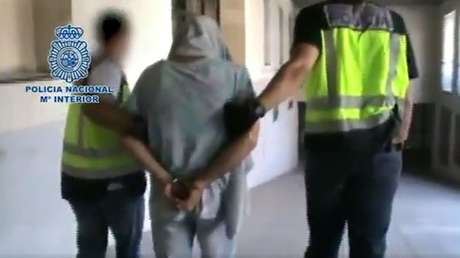 El 'violador del ascensor' detenido y acompañado por agentes de la Policía Nacional española. 15 de junio de 2017.