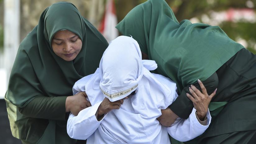 Azotan en público a una pareja por tener relaciones sexuales premaritales en Indonesia
