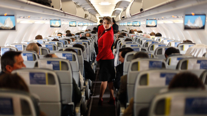 VIDEO: Una azafata se mete en el compartimiento de equipajes de un avión para hacer reír a los pasajeros