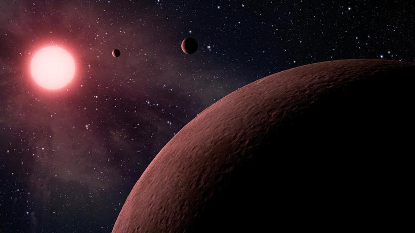 Un 'Júpiter caliente' con una temperatura de 2.500 grados Celsius se está deformando (y parece un balón de fútbol)