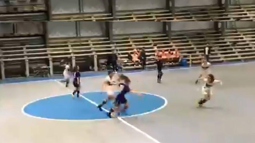 VIDEO: Un 'fantasma' irrumpe en un partido de fútbol sala femenino y las jugadores no pueden arrebatarle el balón