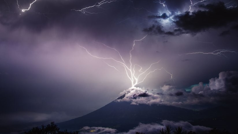 VIDEO, FOTOS: Una tormenta eléctrica genera un verdadero espectáculo de fuegos artificiales en la cima del volcán de Agua en Guatemala