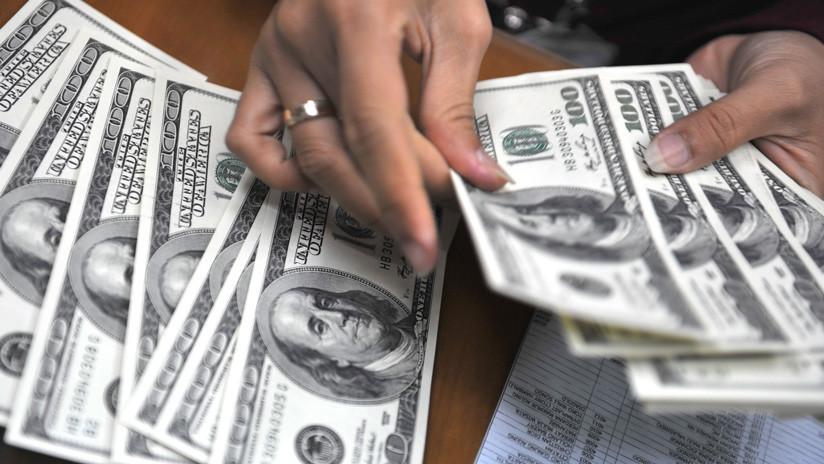 Lunes negro para la economía argentina: Suben el dólar, el riesgo país y caen las acciones