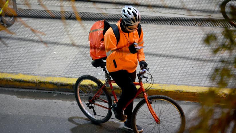 """Por qué los repartidores de aplicaciones móviles en Buenos Aires se volvieron """"clandestinos"""" y ahora los detiene la policía"""