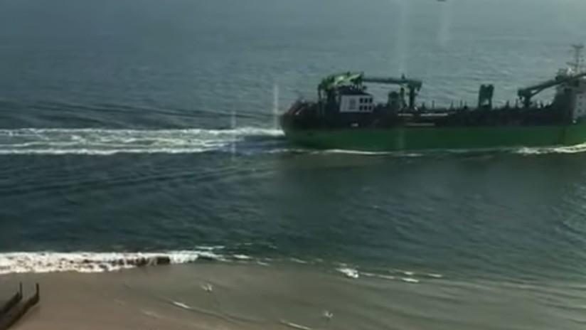 VIDEO: Un barco genera una gran ola y obliga a turistas a huir de una playa