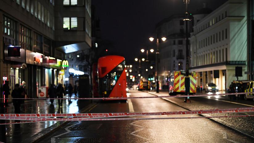 Policía pierde parte del cuero cabelludo tras ser atacado con un machete en Londres (VIDEO)