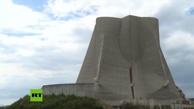 VIDEO: Demuelen la torre de enfriamiento de una central nuclear en Alemania
