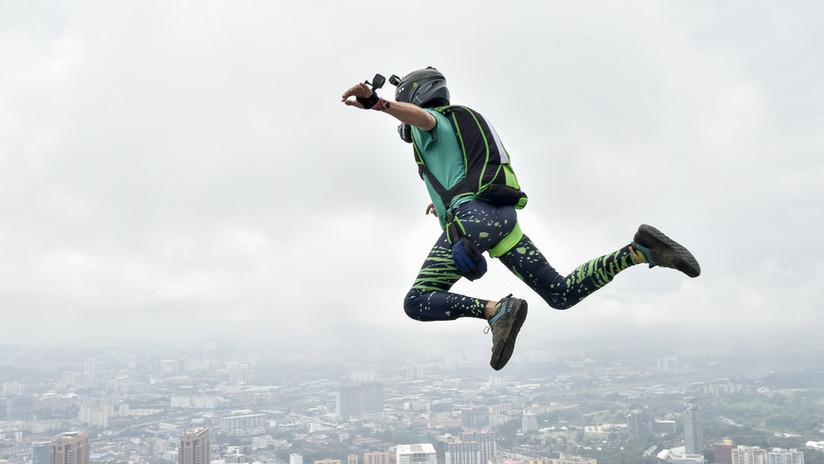 Fallece un 'youtuber' español al saltar en paracaídas desde una cementera sin permiso