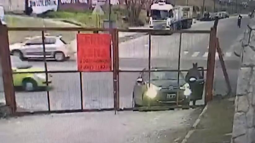 Argentina: Un hombre se baja a abrir un portón y le roban el auto en segundos a sus espaldas (VIDEO)