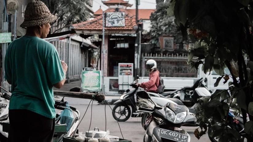 VIDEO: Turista australiano derriba con una patada voladora a un motociclista en Bali
