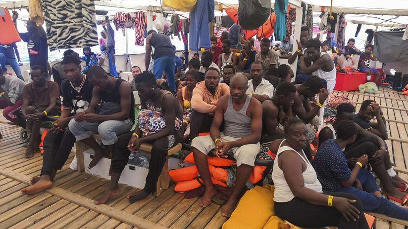 Un barco de rescate con 160 migrantes lleva diez días en alta mar y ningún puerto quiere acogerlo