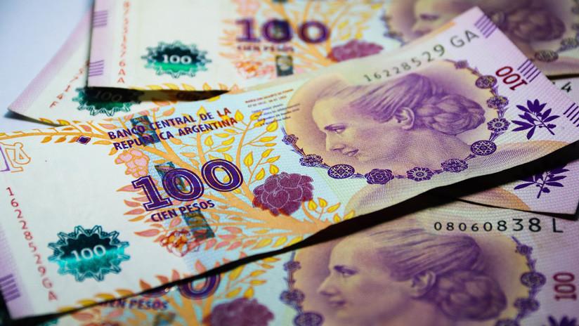 El peso argentino cae 10% después de las primarias presidenciales
