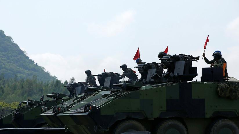 VIDEOS: Un convoy militar de China se aglomera en una ciudad fronteriza con Hong Kong