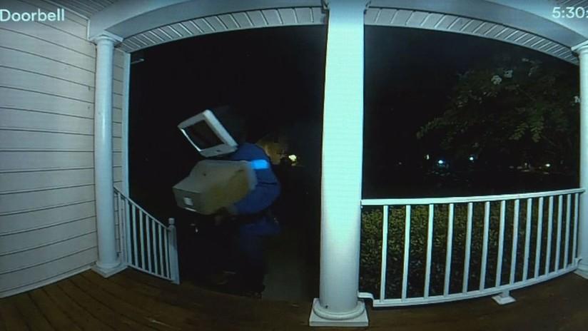 VIDEO: El misterioso hombre 'cabeza-tele' deja regalos en puertas de casas en EE.UU. en plena noche