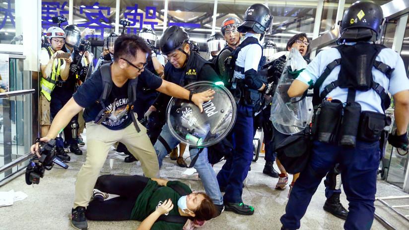Duros choques entre los manifestantes y la Policía en el aeropuerto de Hong Kong
