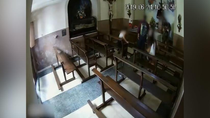 """VIDEO: Jóvenes roban un cristo de """"valor histórico"""" a plena luz del día de una capilla en Barcelona"""