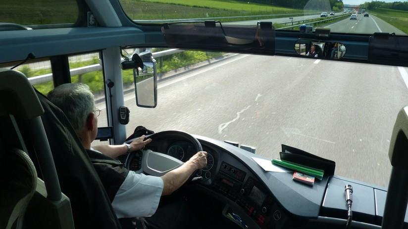 VIDEO: Captan a un conductor leyendo al volante de un autobús lleno de turistas