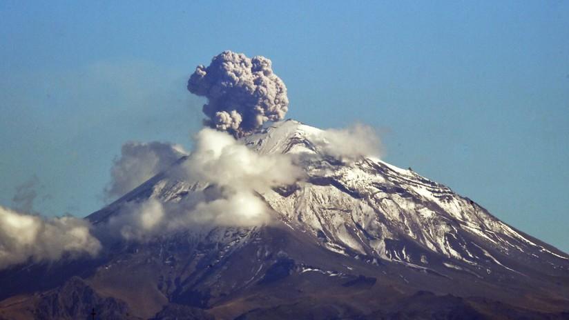VIDEOS: Alpinistas ascienden el cráter del volcán Popocatépetl en medio de una gran fumarola