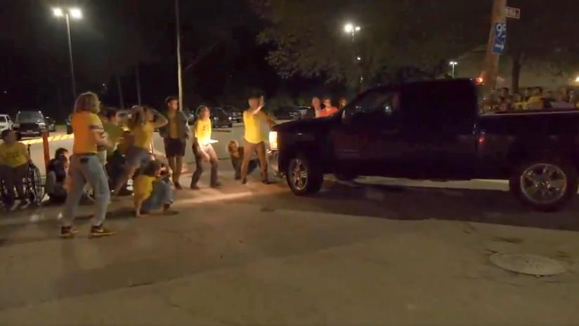 VIDEO: Un camión embiste a una multitud de manifestantes ante un centro de inmigración de EE.UU.