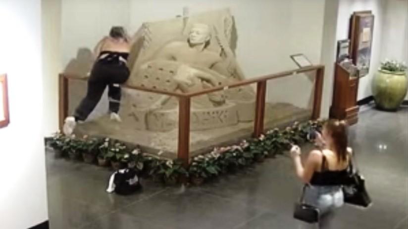 VIDEO: Una adolescente destruye una escultura de arena en un hotel de Hawái