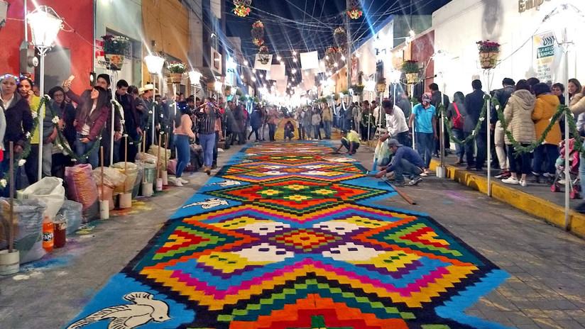 'La noche que nadie duerme', la fiesta en que un poblado mexicano convierte las calles en tapetes de flores