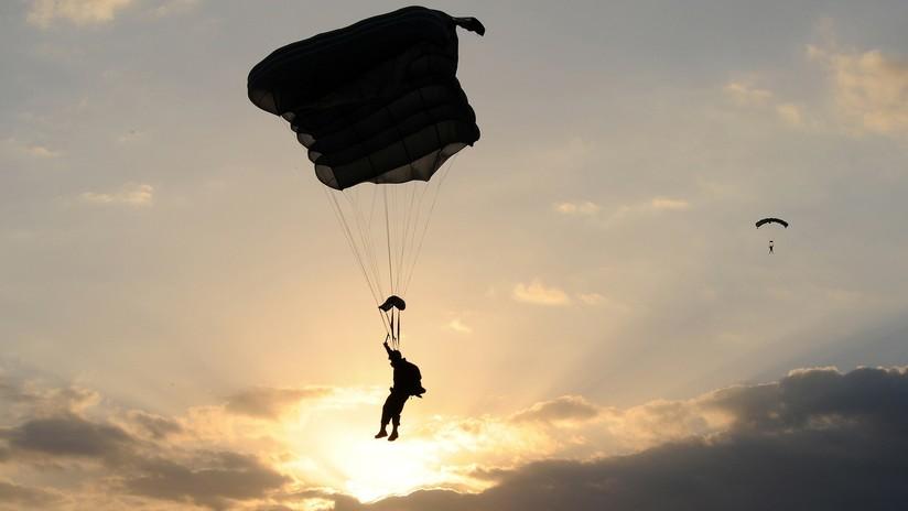 Muere un paracaidista militar tras chocar a gran velocidad contra un techo en Perú