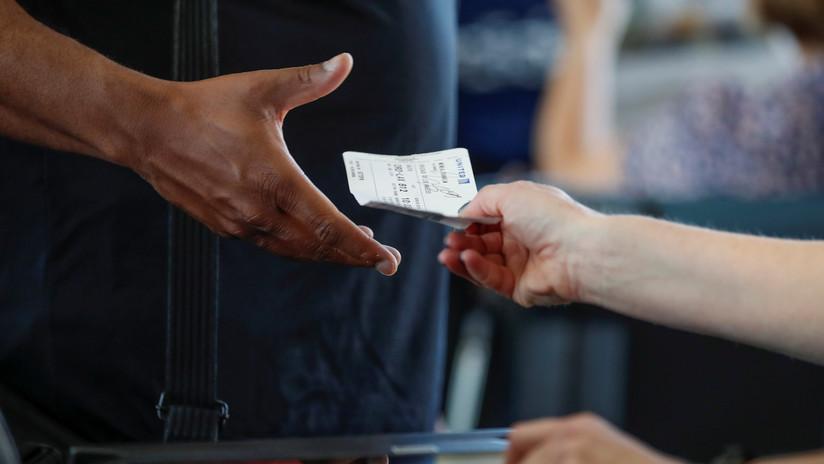 """""""¡Eres feo!"""": una trabajadora de aeropuerto es despedida por entregar una nota con un mensaje ofensivo a un pasajero (VIDEO)"""