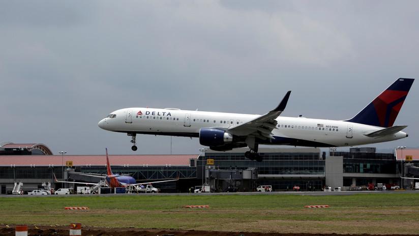 FOTOS: Un avión de Delta Airlines sufre daños en el fuselaje durante un aterrizaje forzoso en una isla portuguesa