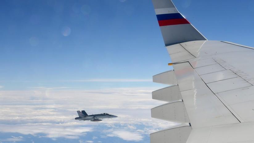 """""""Acto de hospitalidad"""": Cazas suizos acompañan a un avión gubernamental ruso en el que viajaba el portavoz de Putin (VIDEO)"""