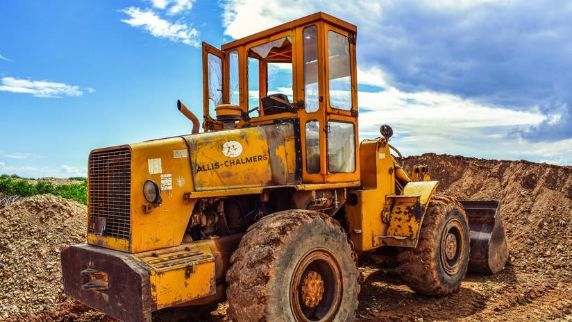 FOTOS: Arroja tierra con una excavadora sobre el coche donde estaba su novia