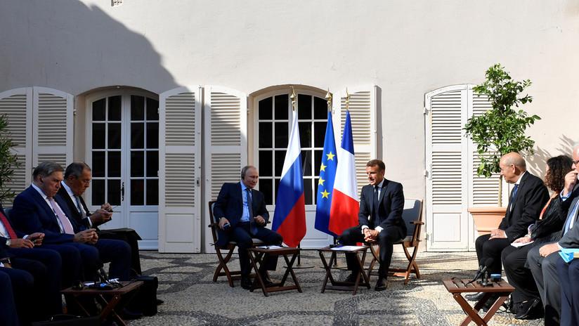 VIDEO: Putin agradece a Macron por cederle un sitio con sombra a la delegación rusa
