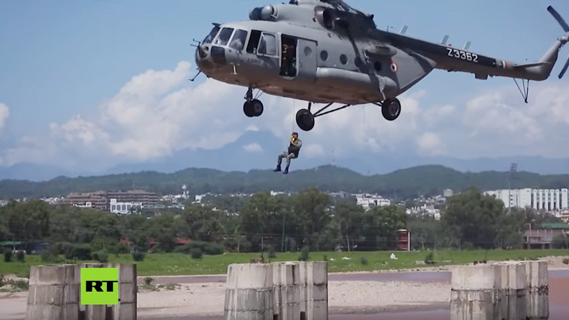 VIDEO: Rescatan en audaz operativo aéreo a cuatro pescadores varados en medio de un turbulento río