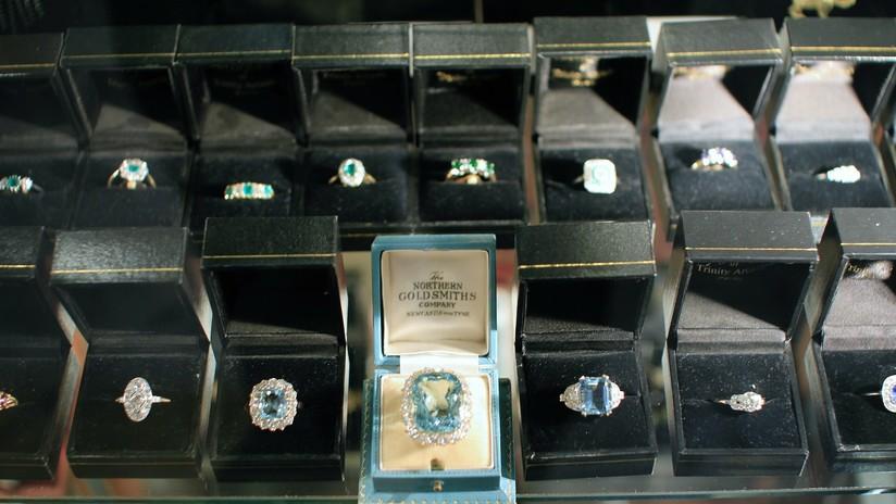VIDEO: El dueño de una joyería en EE.UU. planta cara y expulsa a los delincuentes que intentan robarle
