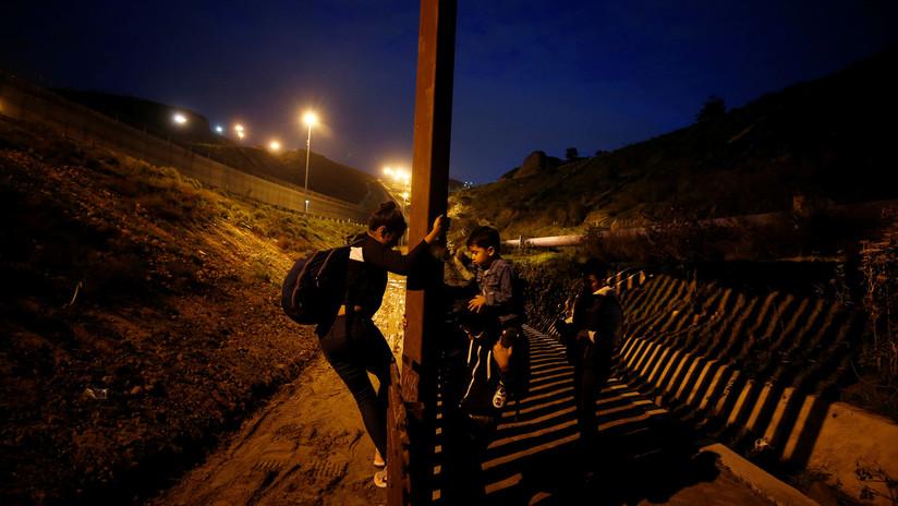 Arrestan a dos migrantes cuando intentaban volver a México a través del muro de EE.UU. (VIDEO)