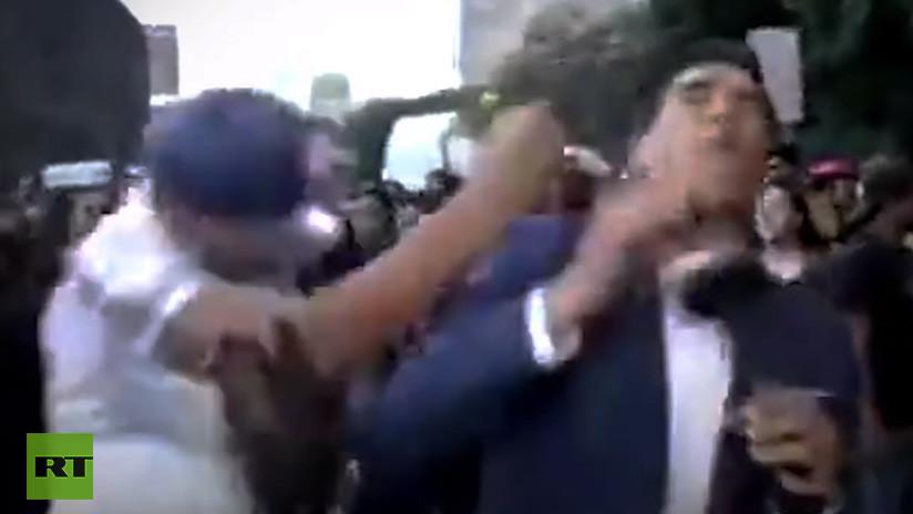 VIDEO: Agreden brutalmente a un reportero mexicano en plena transmisión de la marcha contra la violencia de género