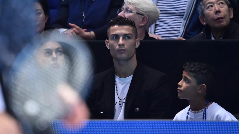 """""""¿Tú vivías aquí?"""": Cristiano Ronaldo lleva a su hijo a la casa donde vivió con 12 años y el niño no se lo cree"""