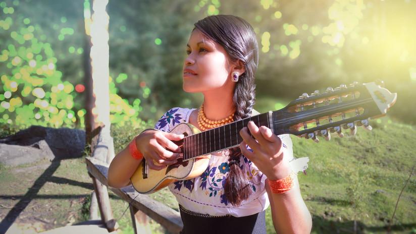 La joven kichwa que venció al racismo para ser cantante de jazz (y lo fusiona con ritmos andinos)
