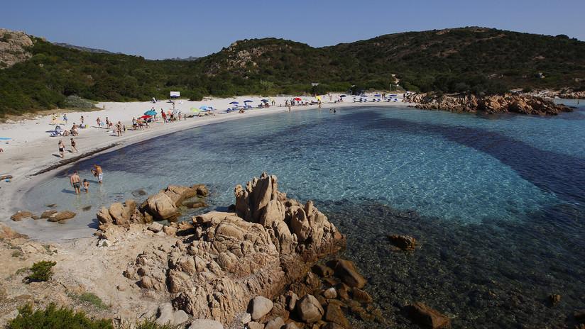 Una pareja francesa podría acabar en la cárcel por llevarse 40 kilos de arena de playa de Cerdeña