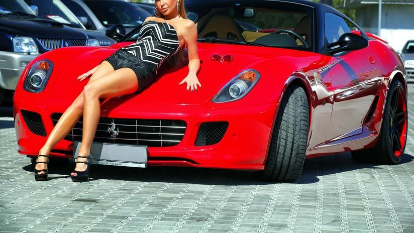 Ibiza: Buscan al conductor que llevaba a una mujer desnuda sobre su Ferrari (FOTOS)